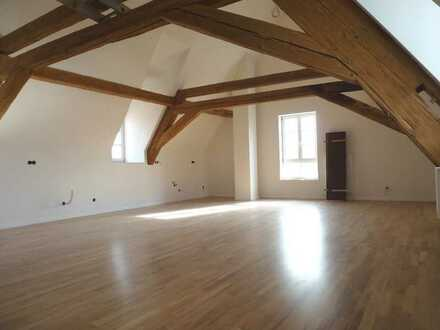 **Moderne 2-Zimmer-Dachgeschoss-Wohnung in historischem Ambiente mit Stellplatz**