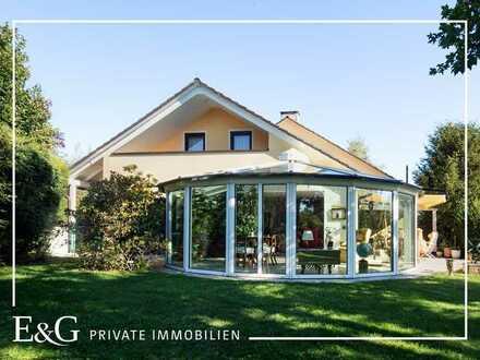 In exponierter Lage: Exklusives Einfamilienhaus unmittelbar an Feld und Wald