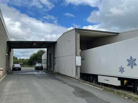 Moderne Industriehalle/Speditionslager mit Logistik-Service; Rolltore und Lagerbüro