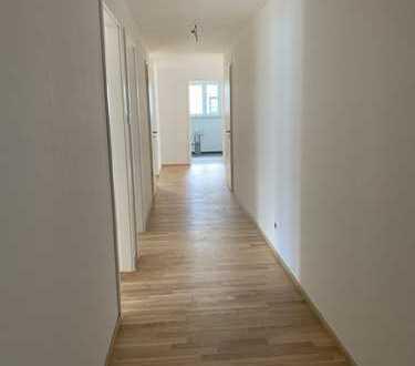 **Erstbezug: Exklusive 4,5-Zimmer-Wohnung mit EBK und Balkon in Leonberg