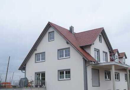 Erstbezug: ansprechende 5-Zimmer-DG-Wohnung mit Balkon im Ortsrand