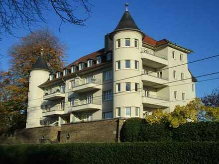 Altbau mit Potenzial: 5 Zimmer Wohnung mit Türmchenzimmer in historischen schloßartigen Anwesen
