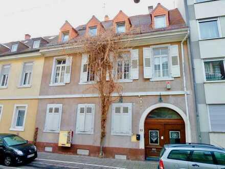 Traumhafte Altbauwohnung mit Balkon in zentraler Lage - Warmmiete - ab sofort