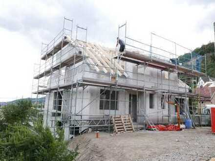 Panorama-Neubau mit 2 besonderen DHH - Der Rohbau steht!