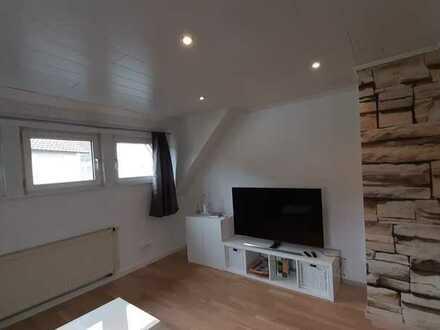 Voll möblierte gepflegte DG-Wohnung mit zwei Zimmern sowie Balkon und Einbauküche in Kindsbach