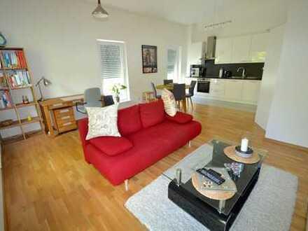 WOW !! Im Obergeschoss gelegene, super helle 2 Zimmerwohnung mit EBK und Balkon in toller Stadtvilla