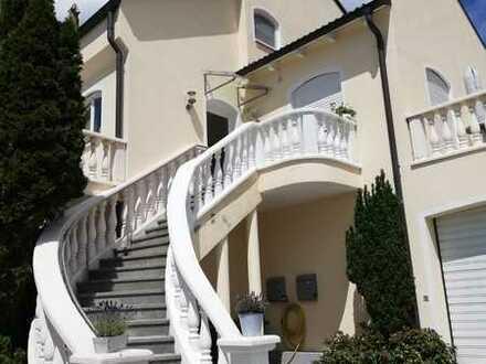 Gepflegte DG-Wohnung mit zwei Zimmern sowie Balkon und EBK in Memmingen-Eisenburg
