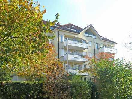 Wohnen in Waldnähe, bezugsfreie 2-Raum-Wohnung in Grünlage mit Südwest-Loggia u. Einbauküche.