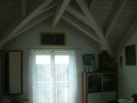Neuwertige Wohnung mit eineinhalb Zimmern sowie Balkon und Einbauküche in Oberostendorf