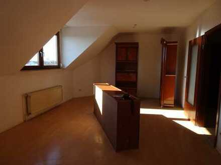 Urgemütliche 1 Zimmer -Dachgeschoß - Wohnung mit abgetrennter Küche