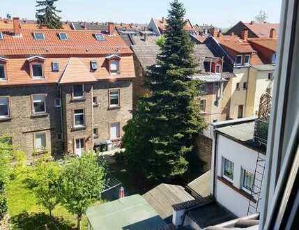Stilvolles Mehrparteienhaus mit 7 Wohneinheiten, 3 Garagen und Innenhof in ruhiger Seitenstraße
