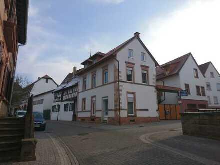 Helle 4,5-Zimmer-Maisonette-Wohnung mit EBK in alten Ortskern von Göllheim