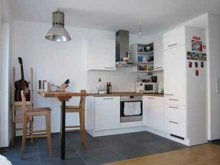 Neuwertige 2-Zimmer-Wohnung mit sonnigem Balkon, exklusiver Einbauküche & Tiefgaragenstellplatz