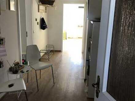 Vollständig renovierte 3-Raum-DG-Wohnung mit Balkon und Einbauküche in Weibersbrunn