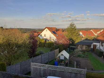 3-Zimmer Dachgeschosswohnung mit Balkon und EBK in in ruhiger Lage von Rosenfeld