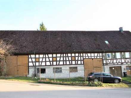 Großes Fachwerkgebäude mit Wohnhaus und Scheune