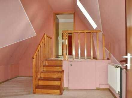 2 1/2-Zimmer-Altbau-Dachgeschoss-Wohnung mit Parkplatz, ruhiges zentrales 6-Familienhaus