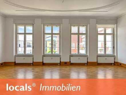 Außergewöhnliche Altbauwohnung mit Lift, Südbalkon und moderner Einbauküche!