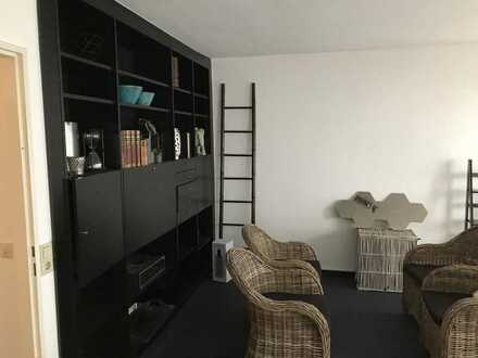 Gepflegte Hochparterre-Wohnung mit zwei Zimmern sowie Balkon und Einbauküche in Karlsruhe