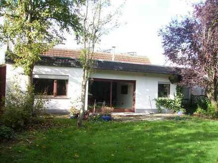 Doppelhaus-Hälfte, Bungalow, 2 Garagen, 779 qm Baugrundstück mit Ausbaupotential für 549.000 €