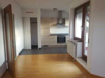 Dachgeschosswohnung mit zwei Zimmern sowie Balkon und EBK in Aufheim