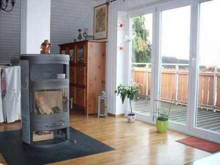 Vollständig renovierte 3-Raum-DG-Wohnung mit Balkon, Einbauküche und Holzofen in Mainaschaff