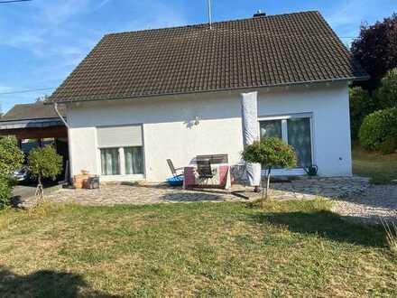 Neuwertiges Einfamilienhaus mit 2 Garagen und Garten