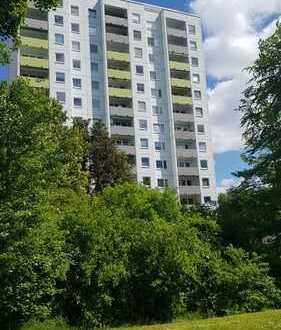Sehr gepflegte 4-Zimmer-Wohnung mit Balkon - Zentral und doch im Grünen