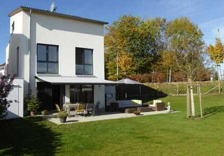 Neuwertiges und geschmackvoll ausgestattetes Einfamilienhaus - direkt angrenzend an die Natur!