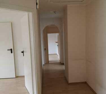 Freundliche, helle 4-Zimmer-DG-Wohnung mit Stellplatz im Zentrum Lintorfs