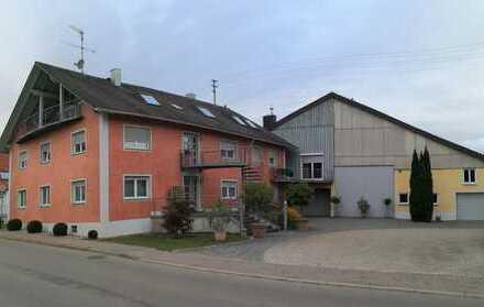 Mehrfamilienwohnhaus mit Nebengebäude in Berghülen