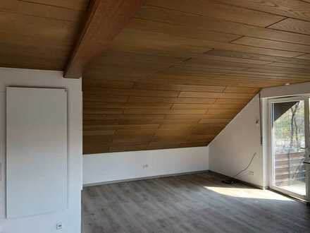 Sanierte Dachgeschosswohnung mit zwei Zimmern und Balkon in Sachsenheim