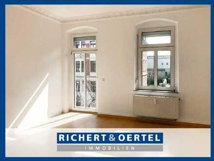 www.r-o.de +++ 2-Zimmerwohnung mit Stuck, Balkon und Einbauküche