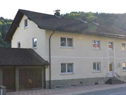 2-Familienhaus mit Garagen und Halle