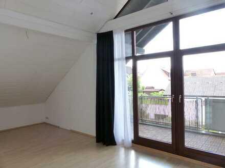 Helle & moderne 3-Zimmer-DG-Studio-Wohnung mit Balkon