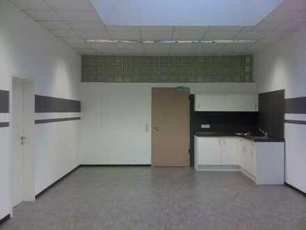 Helles Büro mit Teeküche und Empfangsbereich in einer Bürogemeinschaft