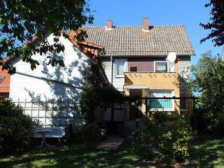 Schönes Haus mit großem Garten und zwei Garagen