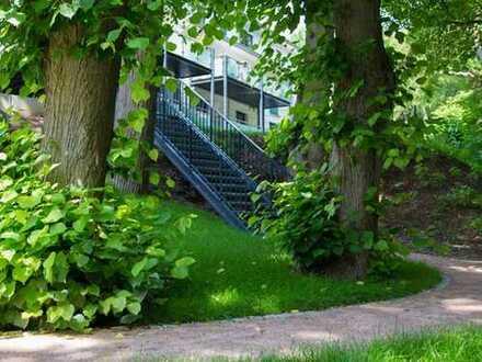 Das Leben im Grünen genießen: EG-Wohnung mit großem Balkon und tollen Blick zum Alsterlauf.