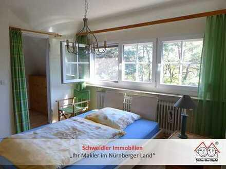 Zuckersüße Mädchenwohnung: Kleines 2-Zimmer-Dachappartement mit Einbauküche in Behringersdorf