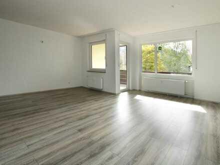 Vollständig renovierte 2,5-Raum-Hochparterre-Wohnung mit Balkon und Einbauküche in Enzklösterle