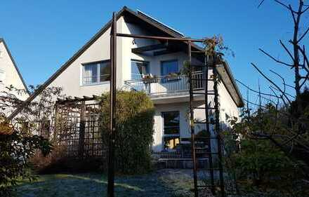 Schönes Einfamilienhaus (freistehend) mit Sauna, offenem Kamin, Balkon, Garten und Garage