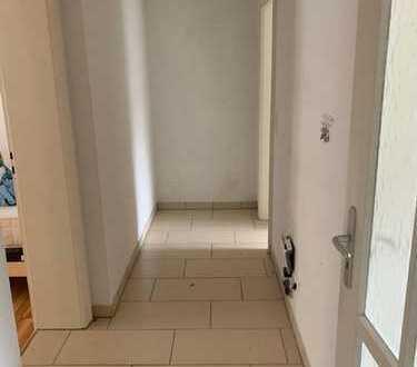 Stilvolle, geräumige 1-Zimmer-Hochparterre-Wohnung mit Einbauküche in Karlsruhe