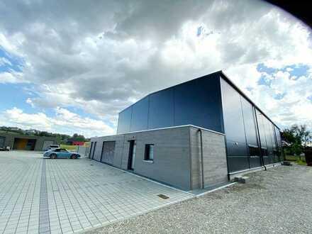 Moderne Produktionshalle mit Verwaltungsgebäude