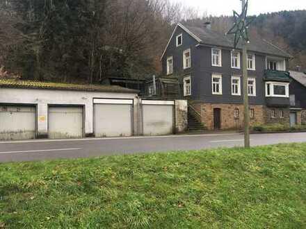 Niedrigpreis wegen Totalsanierung! Ein- bis Zweifamilienhaus mit vier Einzelgaragen