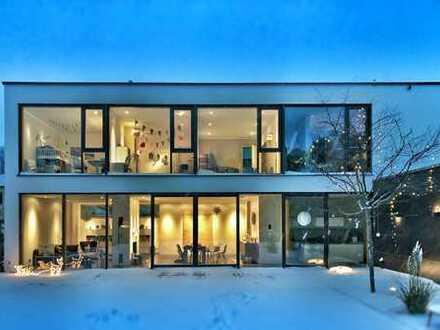 Bauhaus-Stil-Villa mit Pool und großem Grundstück.