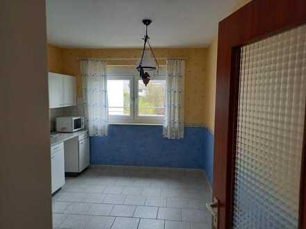 Renovierte DG-Wohnung mit 2,5 Zimmer, Dachterrasse, teilmöbliert (Einbauschränke)