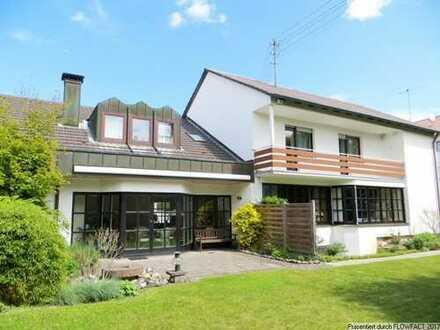 Wohnen in Stadtbergen! Hochwertiges Einfamilienhaus mit tollem Garten und 3 Garagen!