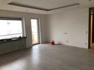 WG geeignet, Neu renoviert 4 Zi. Wohnung mit Balkon und EBK