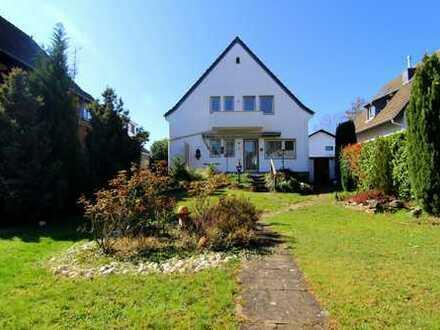 Charmantes, freistehendes, teilsaniertes Einfamilienhaus mit großem Sonnengarten, Garage und Balkon,