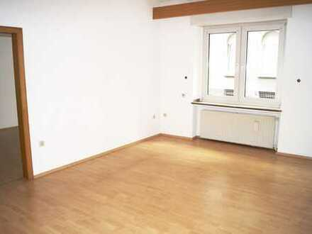 **GERICHTSVIERTEL-EG Whg mit kl. Terrasse, gr. Wohnzimmer, Einbauküche & Duschbad mit Fenster***